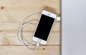 机上のiPhone & Lightning cable